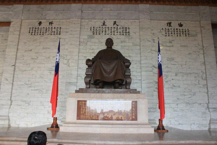 Bức tượng lớn bằng đồng của Tưởng Giới Thạch