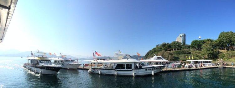 Một số tàu đậu quanh hồ